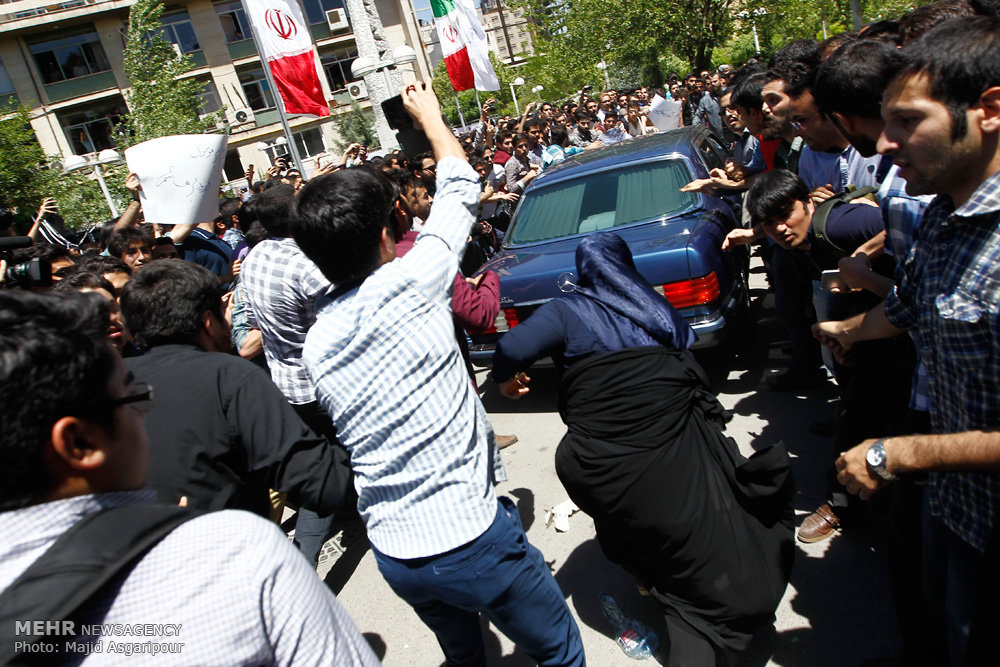 عکس/ حمله بانوی بسیجی به خودروی هاشمی