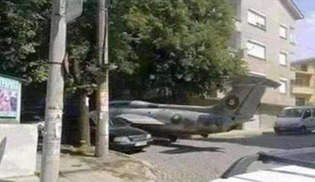 عکس/ هواپیمای جنگی در پارکینگ منزل!