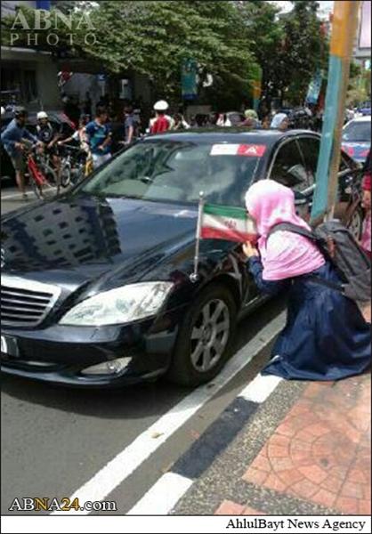 بوسه دختر اندونزیایی بر پرچم ایران +تصاویر