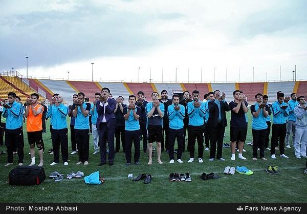 عکس/ نماز شکر برای صعود به لیگ برتر