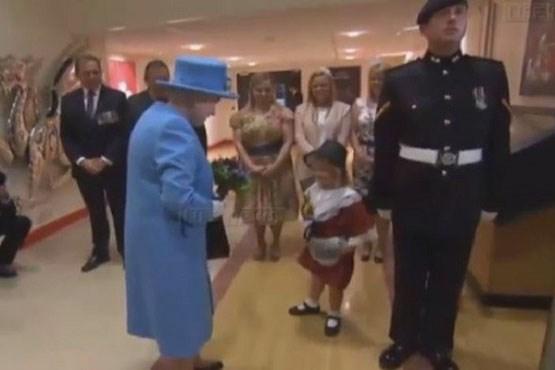 دختربچه به ملکه گل داد،سیلی خورد!+عکس