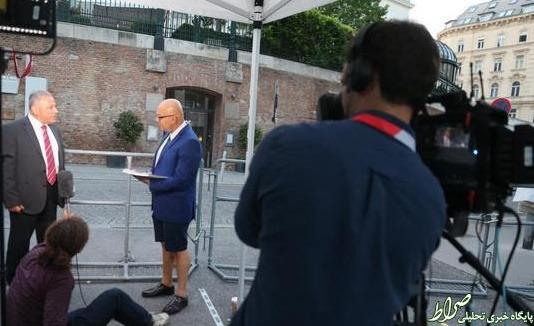 عکس/ پوشش جالب یک خبرنگار در وین