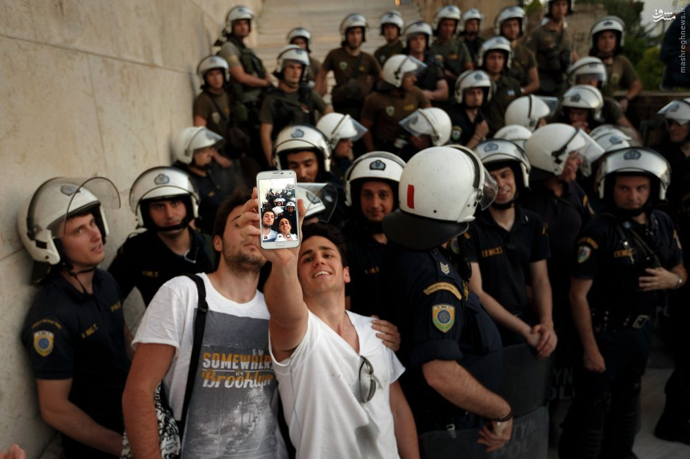 عکس/ سلفی با پلیس ضدشورش