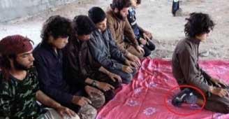 امام جماعت داعشی و نماز با کفش!+عکس