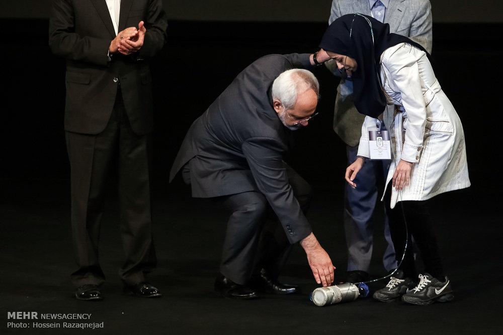 عکس/ اشک ظریف هنگام سخنرانی یک دختر