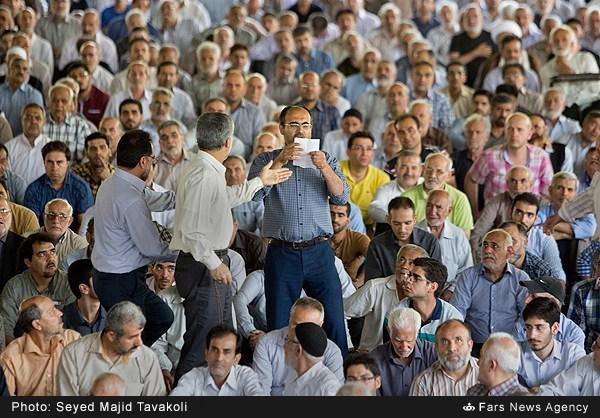 عکس/ اعتراض یک نمازگزار در نمازجمعه