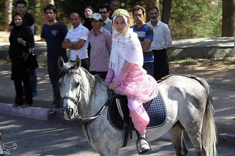 عکس/ استقبال دختر کردی از روحانی با اسب
