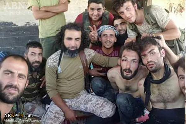 عکس یادگاری با اسرای داعشی!