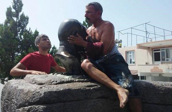 عکس/ اجبار برای بوسیدن مجسمه آتاترک!