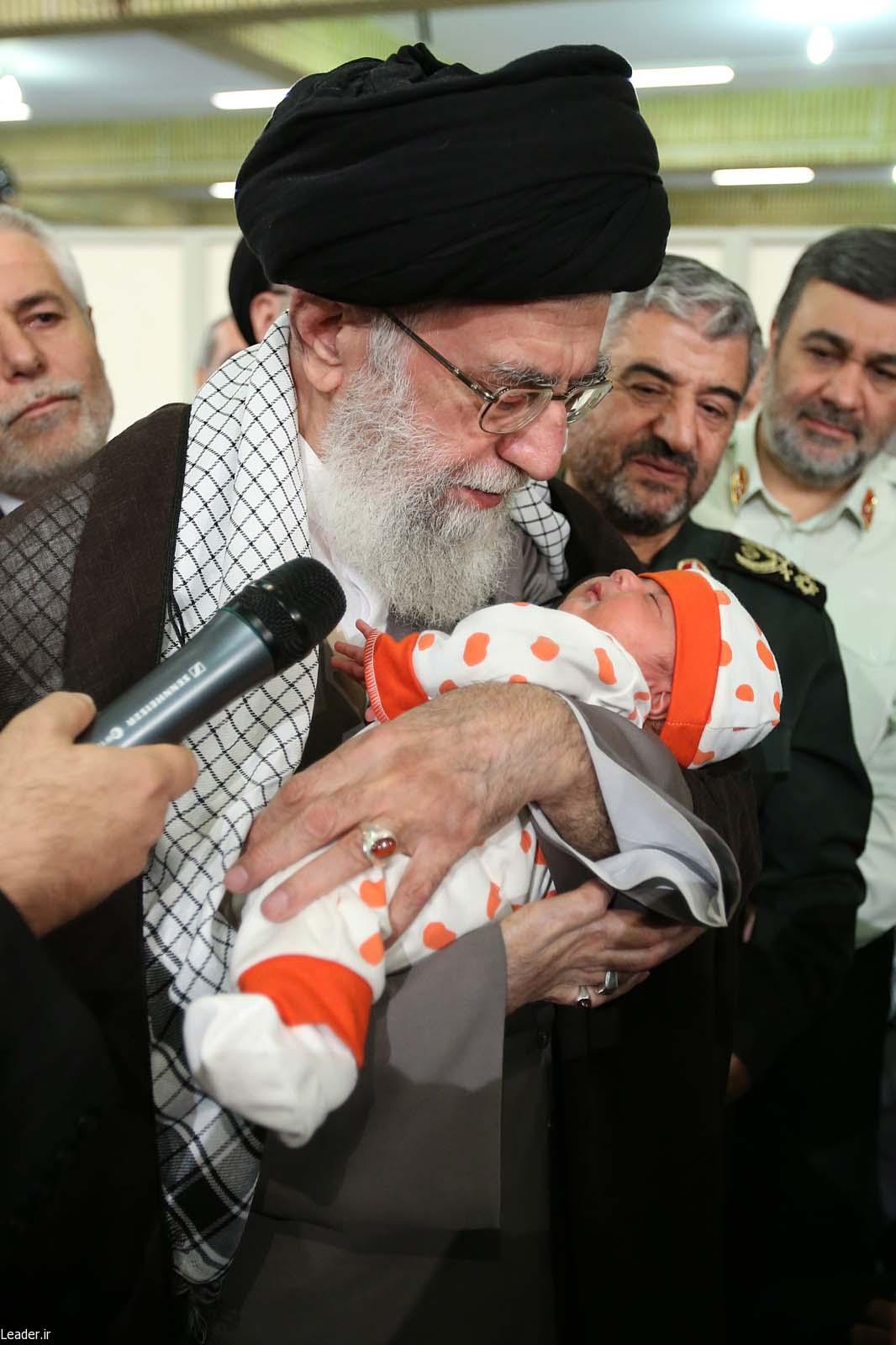 عکس/ اذان گفتن رهبر انقلاب در گوش نوزاد یک ماهه