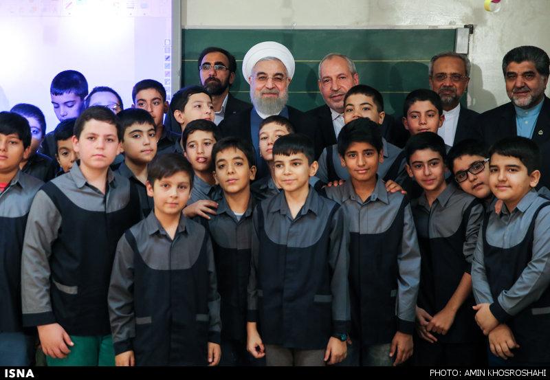 215553 179 روحانی زنگ مدرسه را به صدا درآورد