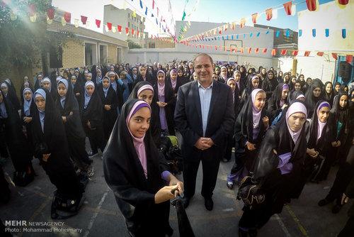 عکس/ سلفی قالیباف در مدرسه دخترانه