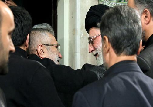 عکس/ حاج منصور در آغوش رهبرانقلاب