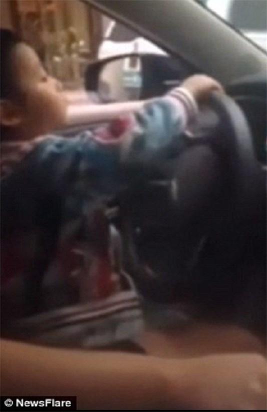 رانندگی کودک ۴ ساله در بزرگراه +عکس