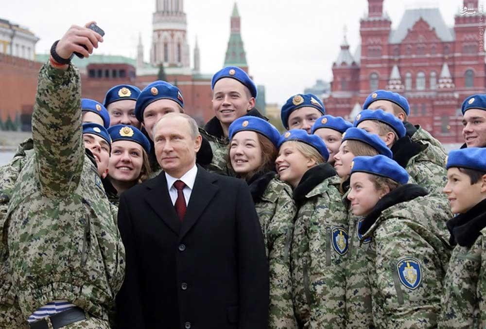 عکس/ سلفی پوتین با نظامیان زن