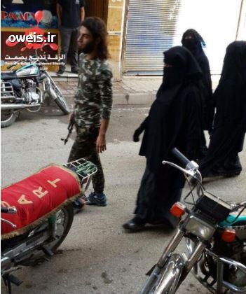 عکس/ یک داعشی به همراه سه همسرش