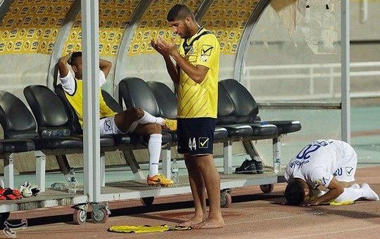 عکس/ نماز خواندن دو بازیکن، کنار نیمکت