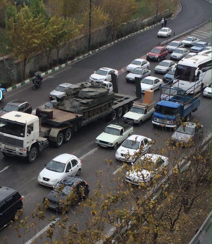 عکس/ گیرکردن یک تانک در ترافیک تهران!
