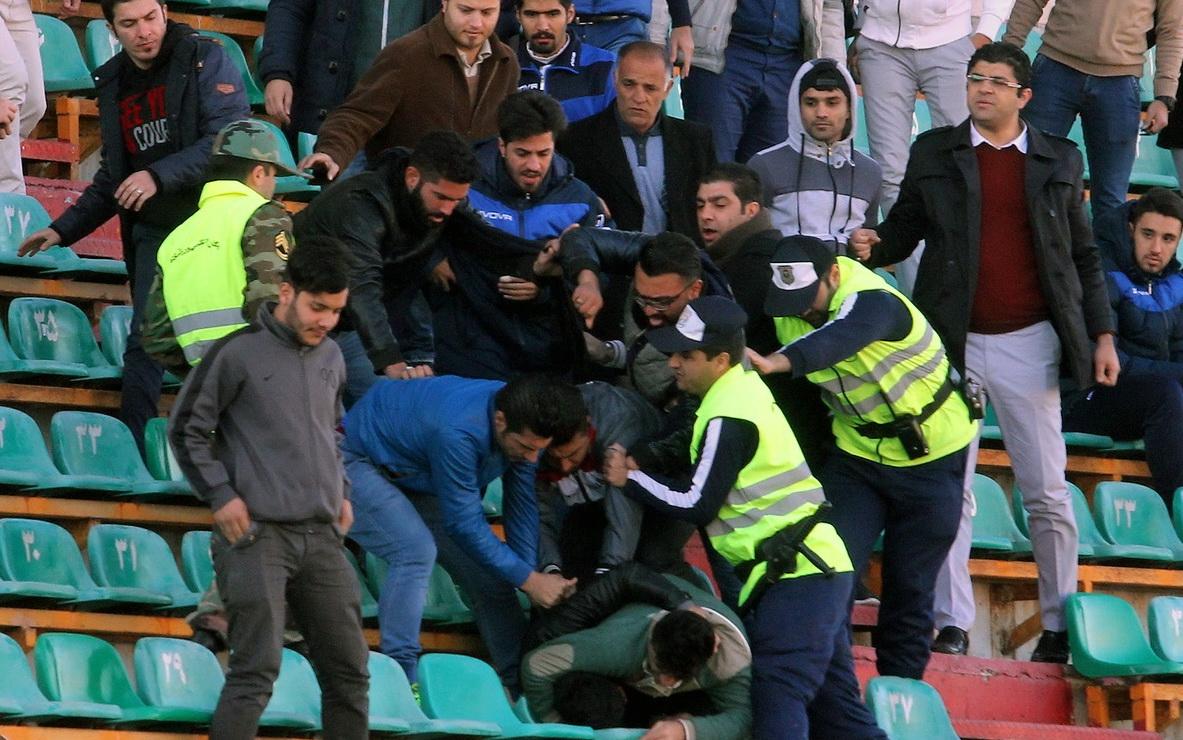 عکس/ استفاده از اسپری فلفل در ورزشگاه ثامن