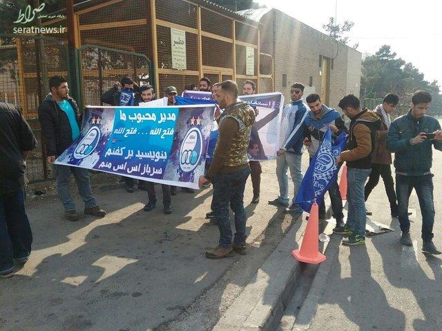 تجمع ۱۵ نفره استقلالیها در مقابل وزارت ورزش +عکس