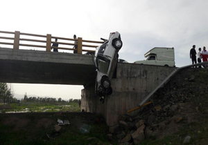 تصاویر/ آویزان شدن پراید از روی پل