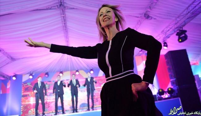 رقص خانمسخنگو دربرابر خبرنگاران!+عکس