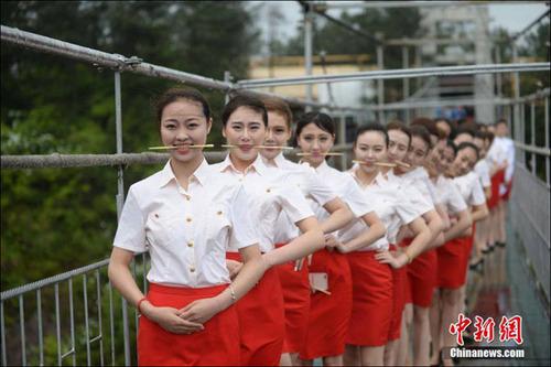 عکس/ آموزش دختران مهماندار روی پل