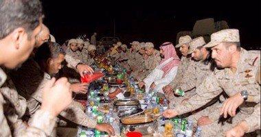 افطار بن سلمان با نظامیان در مرز +تصاویر