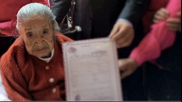 مرگ زن ۱۱۷ ساله بعد از دریافت گواهی تولدش +عکس