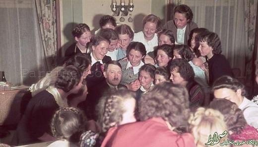 عکس/ آدولف هیتلر در جمع زنان