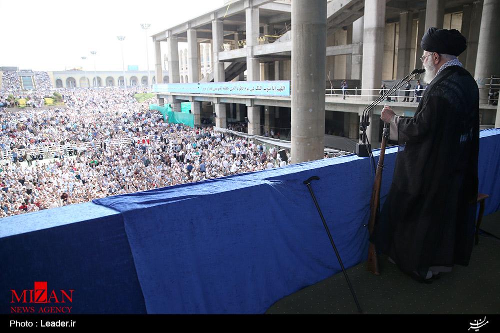 چرا رهبر انقلاب در نماز امروز سلاح در دست گرفتند؟