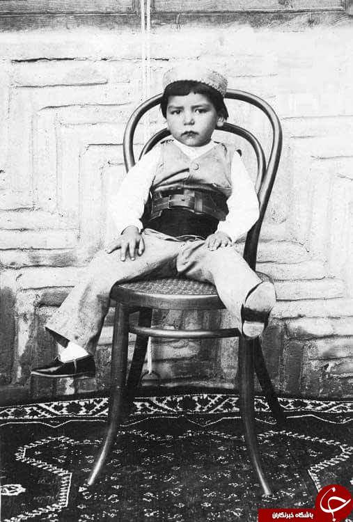عکس/ شاهزاده قاجاری با کفشهای تا به تا!