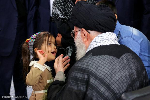 کودک خردسال به رهبر انقلاب چه گفت؟ +عکس