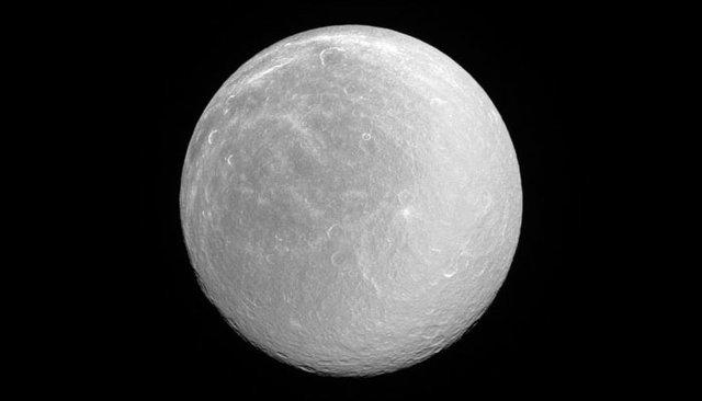 تصویر خیرهکننده دومین قمر بزرگ زحل