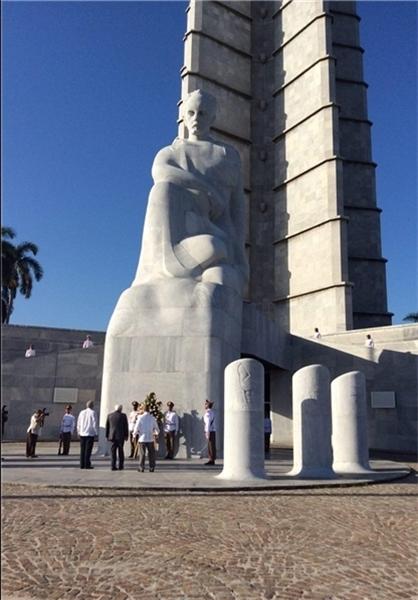 عکس/ ظریف پای مجسمه رهبر استقلال کوبا