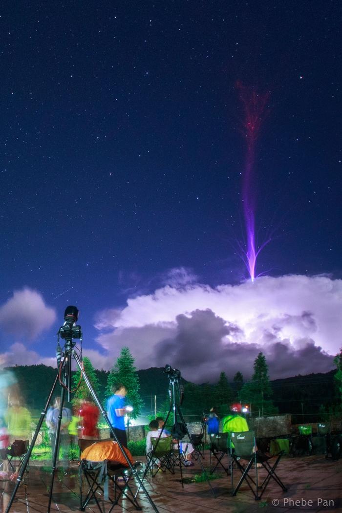 فوران صاعقه بالای یک ابر +عکس