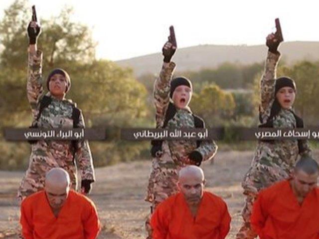 داعش کودکان را مامور اعدام کرد +عکس