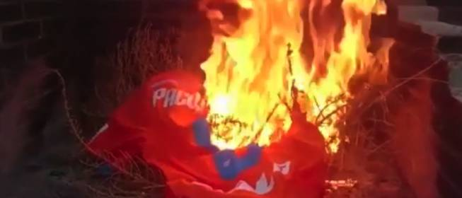 پیراهن بازیکن بارسا را آتش زندند +عکس