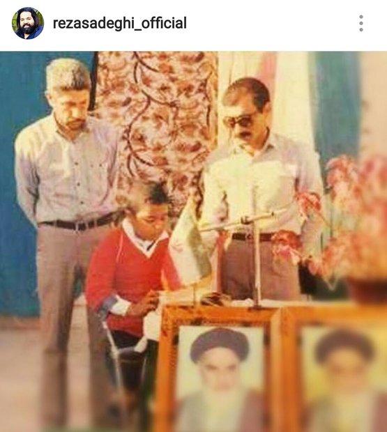 عکس/ قرآن خواندن رضا صادقی در مدرسه