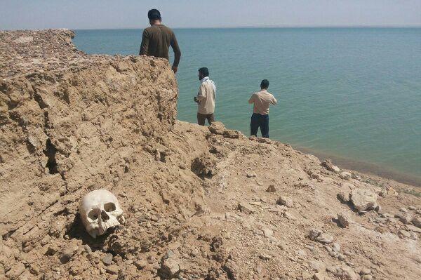 اجساد یک قبرستان آب شرب روستاییان را متعفن کرد! +تصاویر