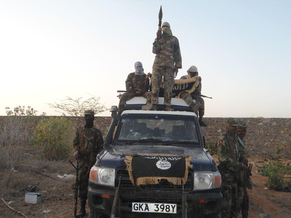 نمایش اجساد سربازان کنیایی توسط تروریستها+تصاویر