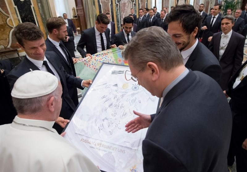 هدیه فوتبالیست های آلمان به پاپ+تصاویر