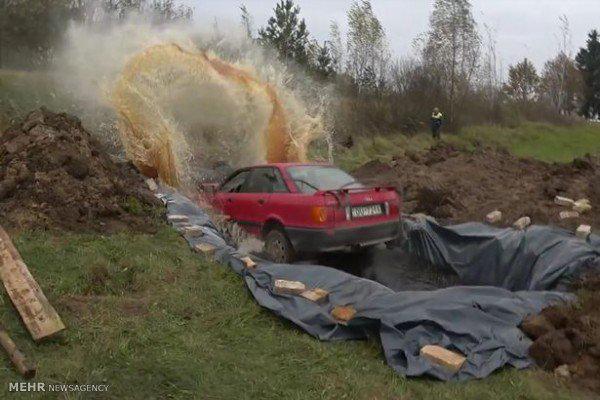غرق شدن یک ماشین در نوشابه! +عکس