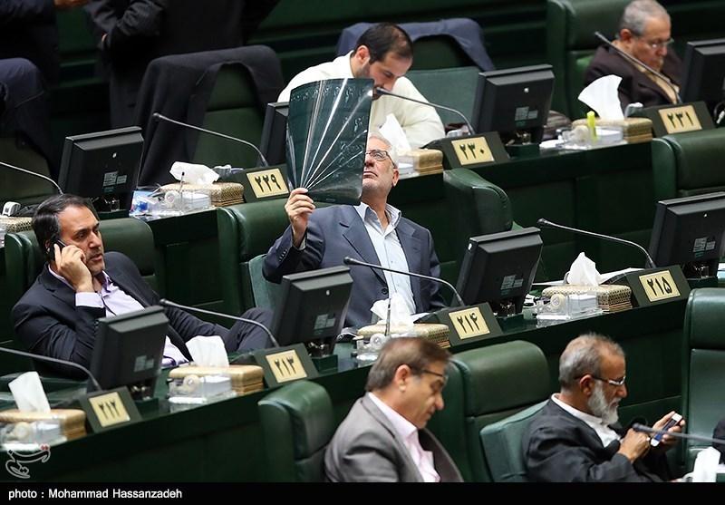 عکس/ اقدام عجیب یک نماینده در صحن مجلس