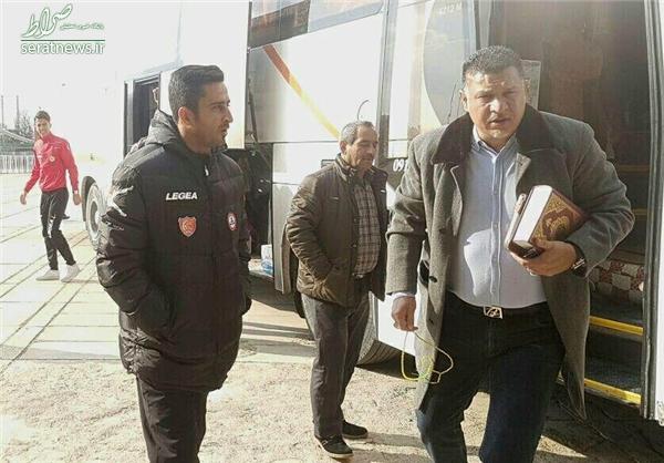 عکس/ دایی با قرآن وارد ورزشگاه شد
