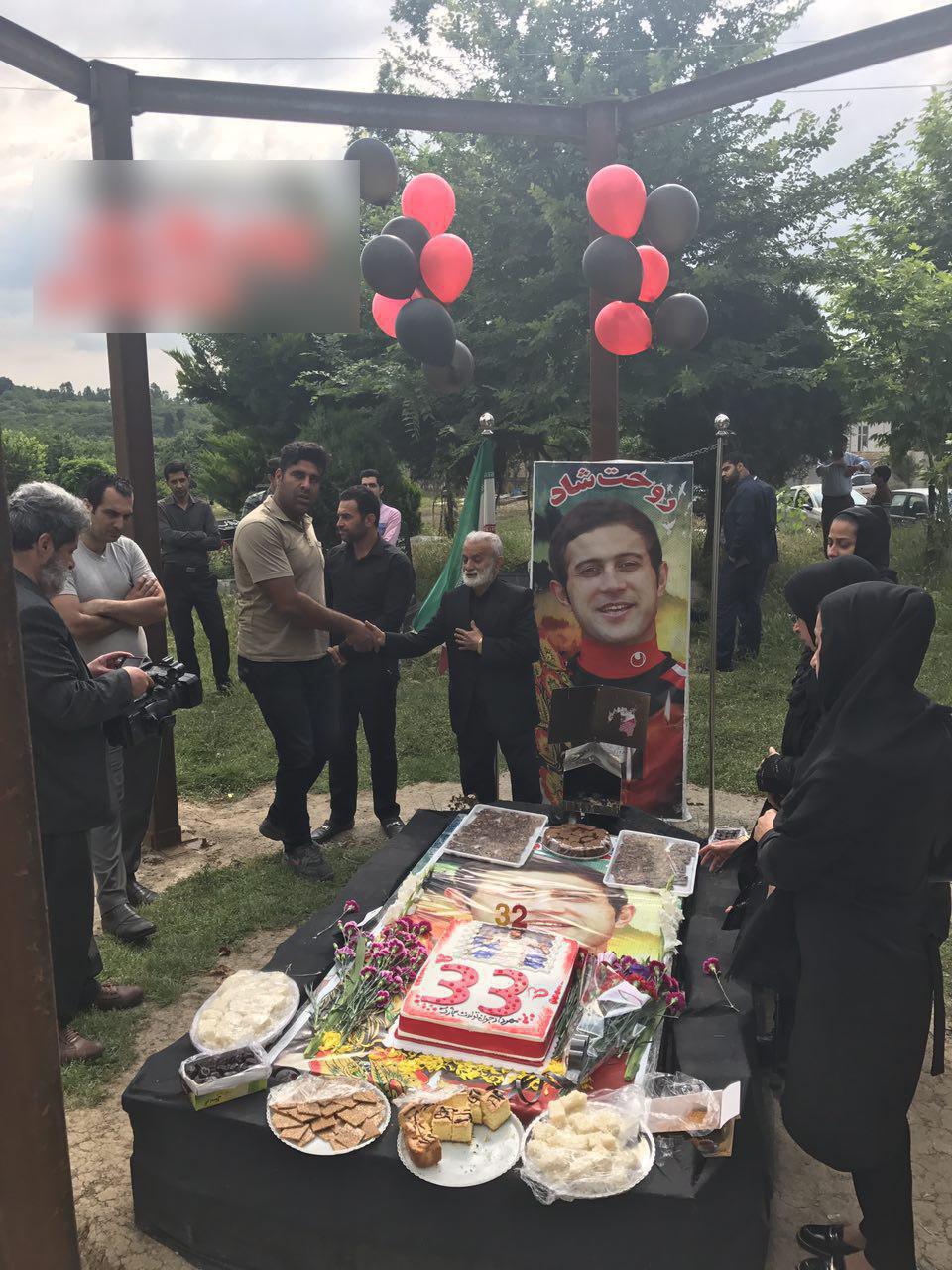 جشن تولد مهرداد اولادی بر سر مزارش