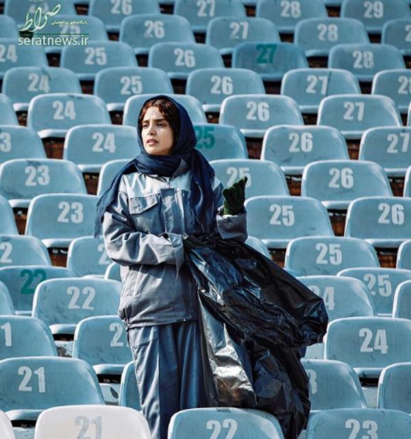 عکس/ «الهه حصاری» درحال جمع کردن زباله در ورزشگاه