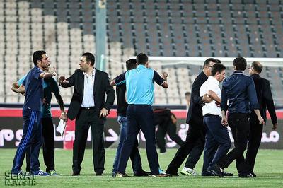 تلاش امیر عرب برای خروج امیرحسین صادقی از ورزشگاه