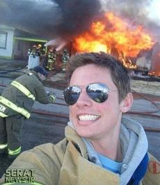 یک جوان سرخوش امریکایی در بحبوحه تلاش مأموران آتشنشانی برای إطفای حریق!