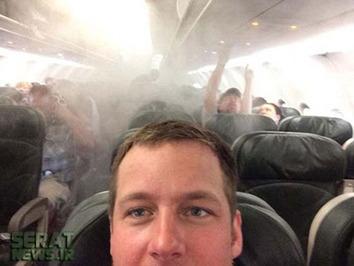 هواپیما در حال پرواز آتش گرفته، اما این سرنشین خوشحال همچنان از خود عکس میگیرد!